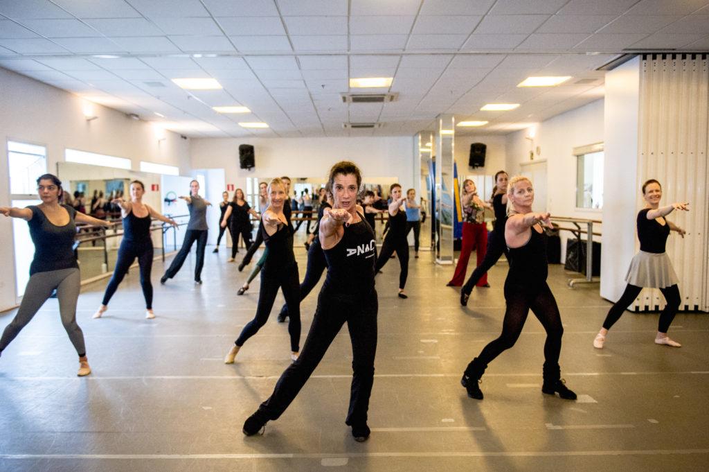 professora de dança com alunas em sala